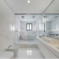 Banheiro grande, clean, todo branco, com a banheira dentro do chuveiro duplo. House Bathroom, House Design, Bathroom Design Luxury, Bathroom Remodel Shower, Bathroom Red, Dream Bathrooms, Bathroom Remodel Master, Elegant Bathroom, Bathroom Layout