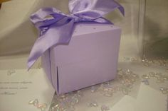 Convite de Casamento modelo Caixa flor cravejada de strass nos tons lilas, violeta! Outras opções de cores. <br>>OPCIONAIS <br>-Tags com os nomes de convidados + R$0,80 / unid. <br>- Mini card + R$ 60,00 até 300 unids. <br>- Produtos da Papelaria personalizada <br>Entrega para todo o Brasil