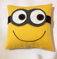 almofada em feltro minions Baby Pillows, Kids Pillows, Animal Pillows, Throw Pillows, Felt Crafts, Fabric Crafts, Sewing Crafts, Diy And Crafts, Minion Pillow