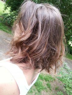 Min modell har kort hår så jag fick anpassa mig efter det. Jag tupera och locka håret. Jag ville att det skulle se rufsigt ut men ändå så att man kunde se lockarna. Jag blev nöjd
