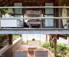 O lounge externo aproveita as pedrinhas que cobririam apenas o jardim. Poltronas da Art Cipó. Uma ótima ideia: um balancinho de madeira em forma de sofá (Marcenaria Dati).