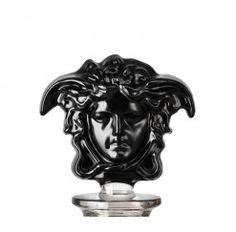 """Licorera en cristal fabricada artesanalmente de 30,5 cm de alto. Directamente diseñada en el estudio Versace de Milán, el modelo Lumière Haze incluye el tapón Medusa en negro, considerada por los críticos la encarnación del """"lujo místico"""" por su atrayente simbología."""