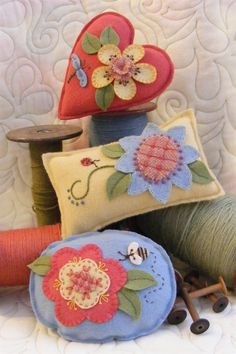 Picture of BIG Flowers Pin Cushions seen on Bird Brain Designs Wool Applique Patterns, Felt Patterns, Felt Applique, Pincushion Patterns, Applique Pillows, Felt Crafts, Fabric Crafts, Sewing Crafts, Sewing Projects