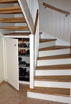 Praktisk trapp med bod/skoskap under Exterior Stairs, Attic Conversion, Hanging Canvas, Under Stairs, Stairways, New Homes, Minimalist, Room Decor, Layout