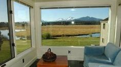 Black Butte Ranch, OR: Nice Country house vacation rental close to the Lodge. This is a 2 story condo has been recently painted. It has a tiled alcove with plenty of windows...