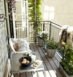 decoration jardiniere exterieure, sol en bois, table basse, shabby chic style, chaise blanche
