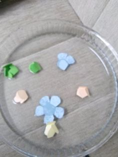 Gözlem yapmak bizim işimiz :) suyun üzerine bıraktığımız çiçeklerimiz hemen açıyor nasıl mı işte resimleri :) :)           Renkli kagıtlara ...