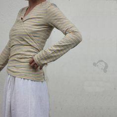 tričko zavinovací (vel.36/38) Tričko zavinovací s dlouhým rukávem šité z bavlněného úpletu od českého výrobce, velmi příjemné na tělo úplet jednolíc, gramáž 170gr na pravém boku ve švu otvor, který levý díl krásně protáhnete velikosti šiji podle klasických triček, jsou ale orientační, materiál je mírně elastický vhodné i pro kojící ženy nosit lze jen tak ...
