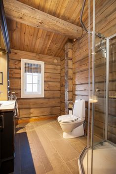 Her vises et knippe bilder av håndlaftede tømmerhytter fra Drømmehytta as. Log Home Bathrooms, Lake House Bathroom, Rustic Elegance, Log Homes, Country Living, Bathtub, Cottage, Home Decor, Bathrooms
