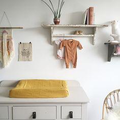 Babykamer inspiratie #commode #grijs #okergeel | Perron 11