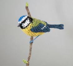 Life-like birds and fibre art from Jose Heroys, fibre artist. Crochet Birds, Crochet Animals, Easy Crochet, Crochet Toys, Free Crochet, Knit Crochet, Amigurumi Patterns, Crochet Patterns, Baby Sparrow