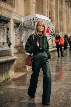 Paris Fashion Week is in full swing. See the best Paris Fashion Week street style from the shows circuit. All the Paris fashion week street style inspiration you need from the shows at PFW. Fashion Week Paris, Paris Street Fashion, London Fashion Weeks, Fashion 2020, New York Fashion, Look Fashion, Winter Fashion, London Street, British Street Fashion