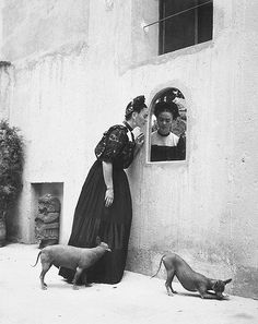 Frida Kahlo and her Xoloitzcuintli dogs, Photo by Lola Alvarez Bravo. Frida Kahlo and her Xoloitzcuintli dogs, Photo by Lola Alvarez Bravo. Diego Rivera, Black White Photos, Black And White Photography, Frida E Diego, Kahlo Paintings, Frida Kahlo Artwork, Frida Kahlo Portraits, Hairless Dog, Foto Real