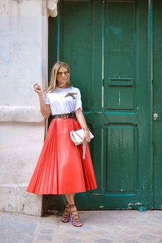 High fashion x Modesty 🙌🏻 💗 Coral Fashion, Modest Fashion, Spring Fashion, Fashion Dresses, High Fashion, Skirt Outfits, Dress Skirt, Midi Skirt, Coral Moda