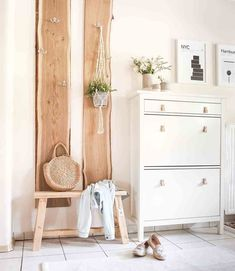 Bild von vena_an Flur Design, House Entrance, Small Entrance Halls, Interior Decorating, Interior Design, Dresser As Nightstand, Diy Bedroom Decor, Home Decor, Home And Living