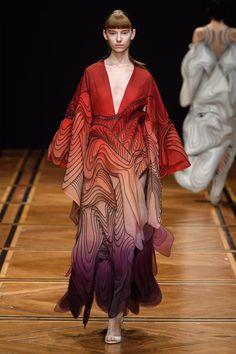 Iris van Herpen Spring 2019 Couture Fashion Show - Vogue High End Fashion, Live Fashion, Fashion Week, Runway Fashion, Fashion Art, Fashion Show, Fashion Design, Fashion Trends, Fashion Details