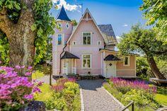 Formgivaren säljer sitt rosa drömhus med tinnar och torn – kika in! This Old House, My House, Moomin House, Sweden House, Storybook Homes, Charming House, Old Mansions, Unusual Homes, Old Farm Houses