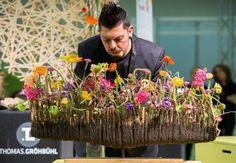 Thomas Gröbhühl, Deutscher Meister der Floristen 2010, präsentiert dem Fachpublikum einen wunderschönen leichten Frühlingskranz auf der FDF-Event Bühne.