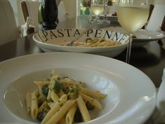 Penne rigate mit Zucchini - in 15 Minuten auf dem Tisch - ein gutes Glas Weißwein dazu und man fühlt sich wie in Italien   /   Gekocht, angerichtet und fotografiert: Katharina Barker