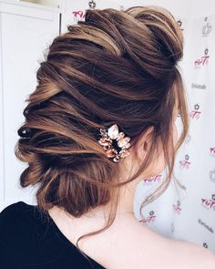 Save to my favorites Choosing a hairstyle for your wedding can be as tricky as choosing the dress. One of the things that a...