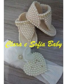 This Pin was discovered by hlmClara e Sofia Baby Baby Shoes Pattern, Shoe Pattern, Beaded Shoes, Crochet Baby Sandals, Baby Bling, Felt Baby, Baby Girl Shoes, Doll Shoes, Bare Foot Sandals