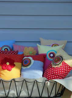 Pretty and simple applique Flower pillows / cushions using spotty and other patterned background fabric. (20 Repins)