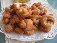 Roscas fritas - The best recipes from Portugal Portuguese Sweet Bread, Portuguese Desserts, Portuguese Recipes, Portuguese Food, Doughnut, Portugal, Donuts, Sweet Treats, Deserts
