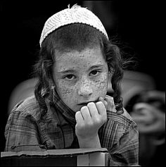 Jewish boy with cuttie freakle seems be praying, may be to the Western Wall, Portrait Photo, Freckles, Life Is Beautiful, Yuri, Beautiful Pictures, How To Memorize Things, Black And White, Hats, Photography