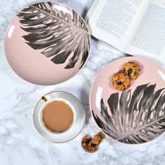The trend for mismatched china suits these pink palm leaf plates perfectly.                                                                                                                                                                                 More