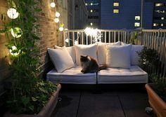19 originelle Ideen für einen gemütlichen Balkon - ideen gemütlichen balkon katze romantik leuchten lichterkette weiße möbel
