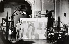 Pablo Picasso peignant les tracés noirs de La Plongeuse des Baigneurs à la Garoupe 1957, Villa La Californie, Cannes / David Douglas Duncan