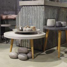 Flott betong bord som kan brukes både ute og inne. høyde 57 og diameter 60 cm.