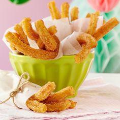 Churrot eli espanjalaiset munkkitangot | K-ruoka #vappu Churros, Sweet Desserts, Sweet Tooth, Recipies, Snack Recipes, Good Food, Chips, Pudding, Cookies