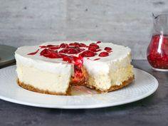 Ostekake à la Trondheim: Café Ni Muser i Trondheim er kjent for sin fantastiske ostekake, Mye av æren for det har den utrolige kombinasjonen av fyldig ostekake og herlig frisk kirsebærsaus. Denne oppskriften er så lik man kan komme. Trondheim, Cottage Cheese, Cheesecake, Desserts, Recipes, Food, Tailgate Desserts, Deserts, Cheese Pies