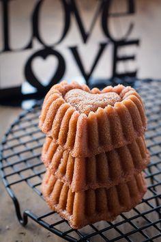 Ya no queda nada para San Valentín, así que para todos los que lo celebráis os traigo una nueva receta muy rica. Bueno, sirve para cualquier otro día, que un dulce no le amarga a nadie, y ya encontramos fresones en los mercados. ¡No hay excusa! Aunque hice una versión de mini bizcoch