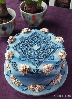 For the owners of a newly opened restaurant (Bistroteket, should you happen to be in Randers, Denmark). Clusters of flowers and overpiping of my own design. (royal icing for cookies) Gorgeous Cakes, Pretty Cakes, Cute Cakes, Amazing Cakes, Super Torte, Lemon And Coconut Cake, Cupcakes Decorados, Small Cake, Cake Decorating Tips