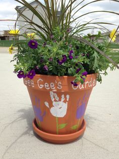 Mother's Day gift idea: flower pot with hand prints! #mothersday #giftideas #grandma