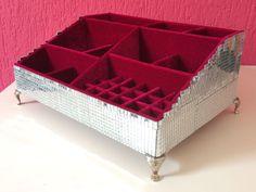 Caixa Organizadora de Maquiagem Espelhada, forrada internamente com veludo. A cliente tem a opção de escolher a cor do veludo e ainda optar pela caixa revestida de veludo também externamente.