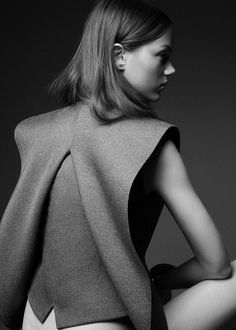 Sculptural Fashion // love monochrome grey and the beautiful lines // Jenna Earle Models Eclectic Style for FLARE Shoot Fashion Details, Look Fashion, High Fashion, Fashion Design, Fashion Trends, Grey Fashion, Mademoiselle Mode, Moda Chic, Mode Editorials