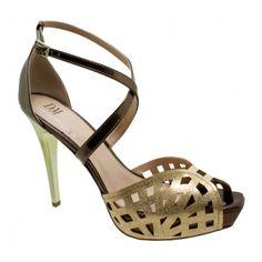Sandália Meia Pata DM Extra Dourada com Bronze Numeração Especial. Fivela dourada na lateral que facilita o calce. Forro e palmilha bege nud...
