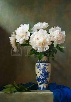 Stilleben med vita pioner i en kinesisk vas photo