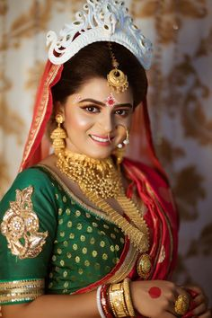 Bengali weddings exude a timeless, classic vibe that we're always left smitten whenever we spot one on our WMG gallery. And the Bengali brides are an epitome of grace, right from donning the conventi. Bengali Bride, Bengali Wedding, Bengali Saree, Indian Bridal Photos, Indian Bridal Fashion, Bridal Pictures, Hairstyles For Gowns, Indian Bridal Hairstyles, Wedding Day Makeup