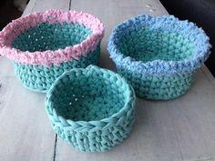 Lot de trois corbeilles gigognes aux couleurs du printemps crochetées en tissu recyclé (zpagetti, trapillo, hoooked) : Meubles et rangements par knit-and-lovely-ideas