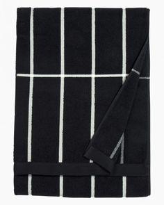 A bath towel made of thick cotton terrycloth featuring Armi Ratia's Tiiliskivi pattern.