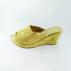 Beautiful women shoes offset (hoof) Moroccan/oriental style with embroidery in gold thread.  Very comfortable for dancing and the market.  Slipper to wear for your wedding, night of henna, ceremonies orientales, evenings with friends...  Available sizes: 36, 37, 38, 39, 40, 41.   Please see store policies and do not hesitate to contact us for all questions.  Continue shopping at LesCaftansMarocains: https://www.etsy.com/fr/shop/LesCaftansMarocains