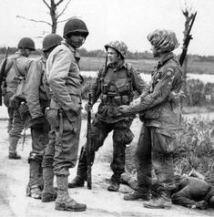 Two paratroopers, Airborne Division, meet with GIs of the Infantry Division Utah Beach, Normandy. Military Photos, Military History, Military Guys, 82nd Airborne Division, Historia Universal, Helmet Covers, Paratrooper, Vietnam War, World War Ii
