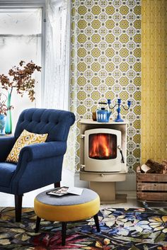 This retro wallpaper design features an elegant geometric motif, which creates a tile effect when hung.