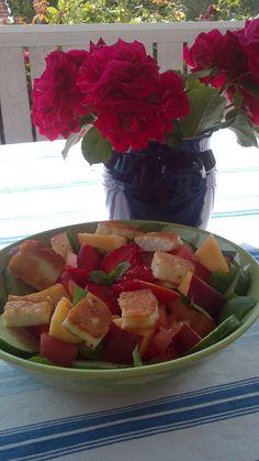 Hallumi sallad med jordgubbar och persika