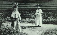 Twee kotomisi met vracht op het hoofd. | by Stichting Surinaams Museum