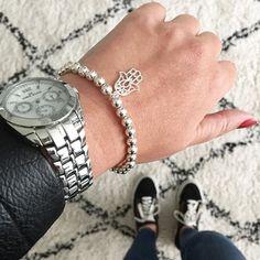 Lekker chunky is deze extra brede versie van de Basic Beads. Soms is het wat lastig inschatten hoe zo'n armband staat, merk ik aan de reacties. Dit is dus de 6 mm en ik houd 'm voorlopig om. Met een hamsa bedel voor wat extra geluk ✨ #mamaarmband Geluk, Hamsa, Om, Wristlets